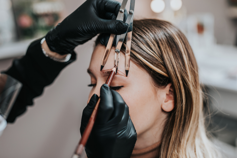 A COMPLETE GUIDE ON HOW TO BECOME AN EYEBROW SPECIALIST ?